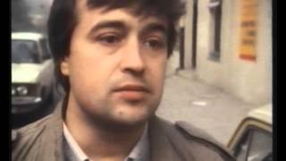 Bogdan Białek pod kamienicą Planty 7, październik 1990 rok