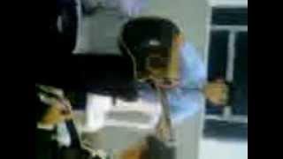 Carlos alexandre tocando violão