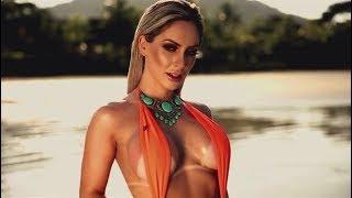 Iara Ferreira faz ensaio na praia com maiô fio-dental e corpo molhado