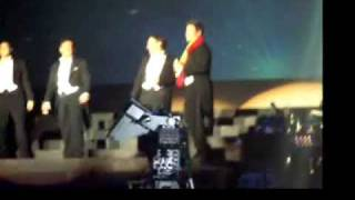 David canta con la bandera de Colombia - David sings with the colombian flag