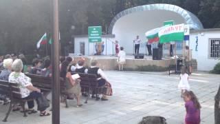 Момиченце изпълнява странджанска песен
