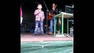 Guilherme Actua emitando a canção dos 4 Litro