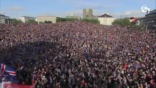 Incroyable clapping de plus de 30 000 islandais à Reykjavik !