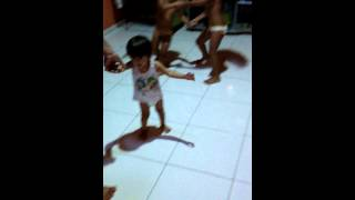 Menina  dançando gargantas de ouro