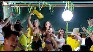 Gostosas se empolgam com gol do Brasil e quase ficam nuas