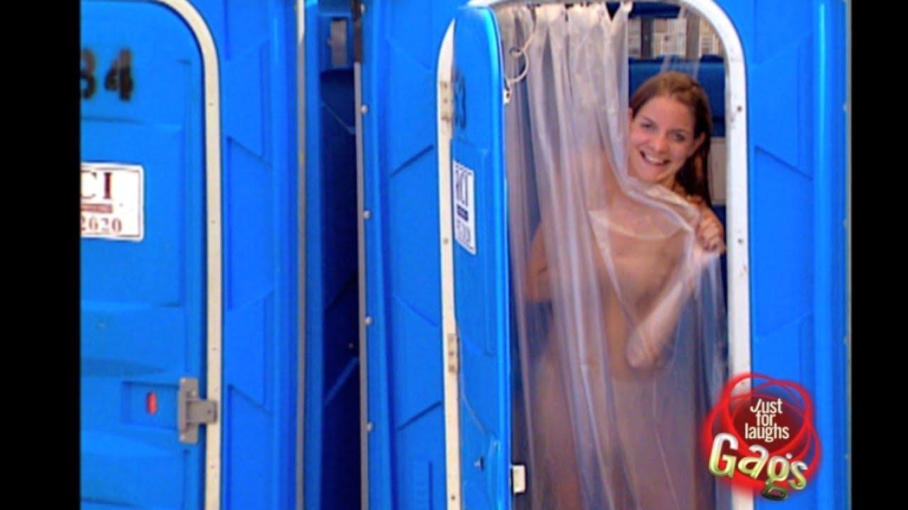 Chica Tomando El Baño En Una Calle O Hola Facebook