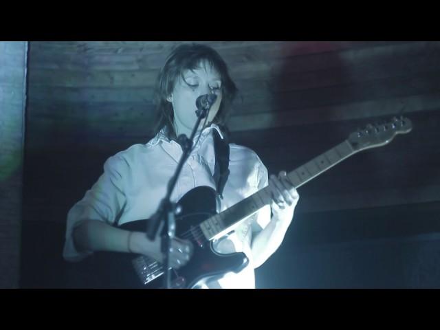 Vídeo de Cate le Bon en Music Box Festibala