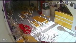 Mulher é estuprada dentro de sorveteria em Manaus, achem e prendam esse animal.