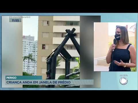 PERIGO - CRIANÇA ANDA EM JANELA DE PRÉDIO.