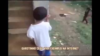 Menino de 3 anos cego vira exemplo e faz sucesso na internet