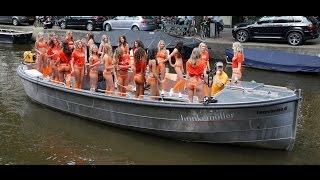 Boot vol meiden in bikini voor Hunkemoller