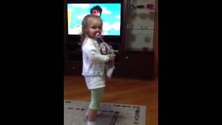 Vic dançando Xuxa só para baixinhos (2)