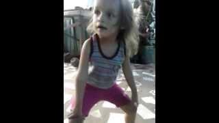 Menina de 2 anos dançando o Quadrado de 8