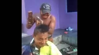 Cortando o cabelo com machado.