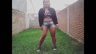 Una chica bailando mal