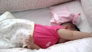 Clarinha tentando dormir em seu lindo berço