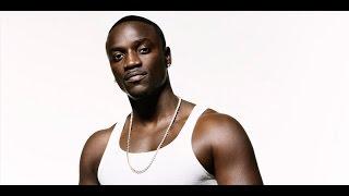 Veja o que Akon fez com o racista que jogou uma banana nele