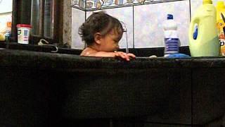 Júlia tomando banho de tanque.