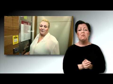 Andrea på väg till ett arbete - engelsk teckenspråk
