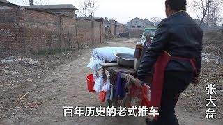 Strýček Henan tlačí 100 let starý trakař na prodej tradičního občerstvení a může prodat 500 misek denně ...