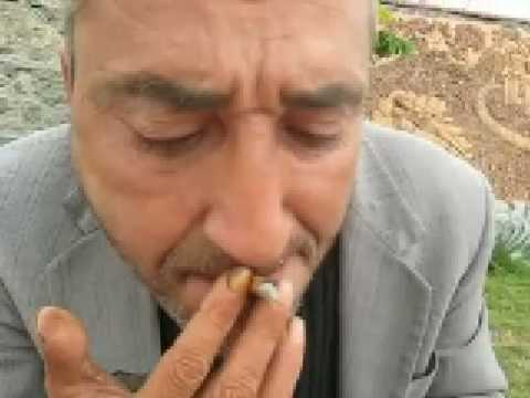 Sigarayı emen adam: Bakışlara dikkat