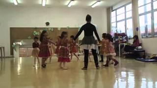 Beatriz na Dança dos Bichos
