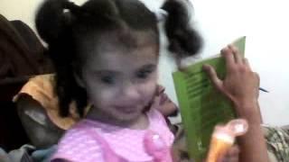 Menina de 2 anos cantando - Fofa