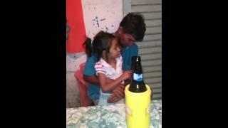 Menina cantando Bruno e marrone