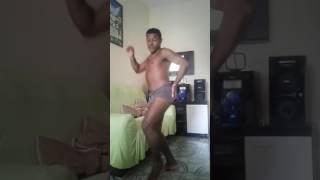 Léo dançando tarraxinha