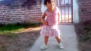 niña bailando  la cumbia del rio   ¡moviendo bien el cuuu!
