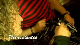 Grupo Reincidentes firma Guitarra para subasta www.notasmulticolor.com