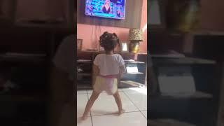 Menina de 2 anos dançando Paradinha de Anitta