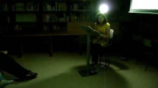 Tamara le na Biblioteca do IES Fontexería