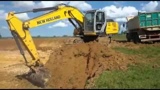 Escavadeira New Holland 215 b fazendo tanque .