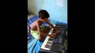 Criança de 8 anos tocando teclado!