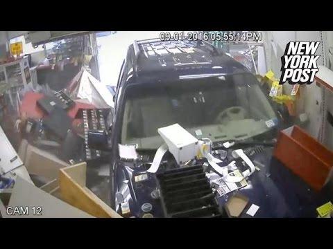 Intra cu masina intr-un magazin