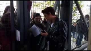Andres Simon saludando a un grupo de fans en los Kids Choice Awards