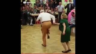 Dos personas mayores bailando merengue con estilo