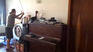 O músico Wilson Sukorski tocando especialmente para o Música, em Letras, em seu apartamento, São Pau