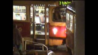 MP PRAHA: Agresivní mladík řádil v tramvaji, poté zničil zastávku MHD