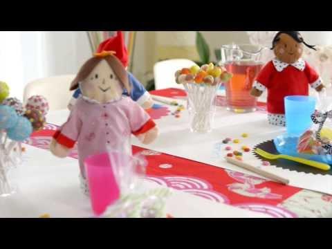 Tavolo Compleanno Bambini : Bigné delizioso sulla tavola alla festa di compleanno del ` s dei