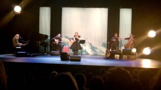 Anneke van Giersbergen zingt 'Bist du bei mir'.