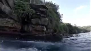 خطير شيء لايصدق !! قفز ليسبح فتفاجأ بسمكة قرش تسبح معه