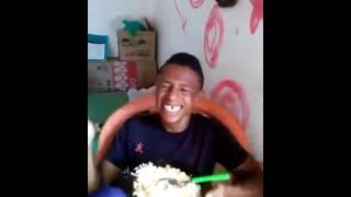 Homem muito engraçado rindo