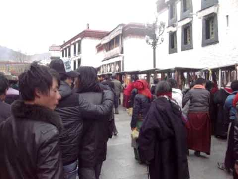 01 Prof. Juan Lázara filma kora en el Barkhor de Lhasa.MPG