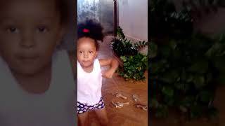Menina de 2 anos e 8 meses dançando que tiro fió esse