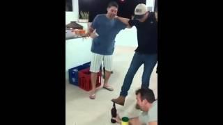 Abrindo garrafa de cerveja com a bota