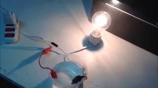 A água conduz corrente elétrica? / El agua conduce electricidad?