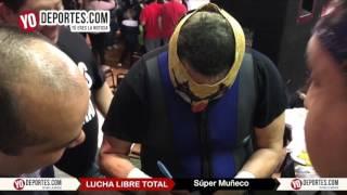 Super Muñeco y su público en Chicago lucha libre mexicana