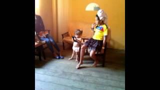 Mi chiquita bailando el toto